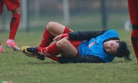 Công Phượng đau đớn sau khi bị đau ở buổi tập ngày 27/12 của U23 Việt Nam.