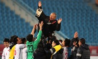 HLV Park Hang Seo và U23 Việt Nam ăn mừng chiến thắng trước Qatar hôm 23/1.