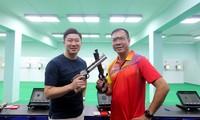 Hai nhà vô địch Olympic môn bắn súng, xạ thủ Hoàng Xuân Vinh (phải) của Việt Nam và Jin Jong-Oh (Hàn Quốc) chụp ảnh chung với nhau tại Hà Nội.