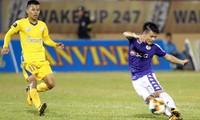 Quang Hải (phải) không giúp được Hà Nội giành đủ 3 điểm trên sân của Khánh Hoà.