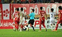 Trọng tài Trần Trung Hiếu mắc lỗi hy hữu rút nhầm thẻ đỏ ở trận Hải Phòng-Đà Nẵng, vòng 5 Wake Up 247 V-League 2019.