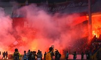 Sân Hàng Đẫy chiều 21/4 mịt mù pháo sáng do CĐV Hải Phòng đốt.