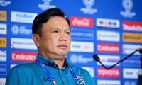HLV Sirisak Yodyardthai đang phải xử lý nhiều vấn đề ở đội tuyển Thái Lan.