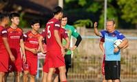 Đội tuyển Việt Nam trên sân tập Gelora Samudra để chuẩn bị cho trận đấu với Indonesia.