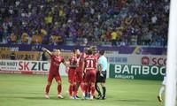 Cầu thủ Bình Dương phản đối quyết liệt quyết định công nhận bàn thắng đầu tiên cho Hà Nội của trọng tài Đình Thái.