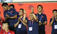 HLV Park Hang Seo cổ vũ cho đội tuyển nữ Việt Nam đấu Thái Lan
