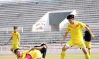 Các cầu thủ U23 Việt Nam tập luyện tại Buriram trước khi trở lại Bangkok chuẩn bị cho trận đấu với Triều Tiên. (ảnh Nhật Đoành)