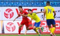 Nam Định (áo đỏ) là đội thứ 2 ở V-League cắt giảm lương vì COVID-19. Ảnh: Zing