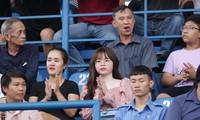 """Huỳnh Anh vẫn cổ vũ Quang Hải vượt qua sức ép do sự cố bị """"hack"""" facebook gây ra.(ảnh Hữu Phạm)"""