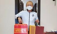 HLV Park Hang Seo nhận quà chúc Tết của Thủ tướng Chính phủ Nguyễn Xuân Phúc. (ảnh Trần Quốc)