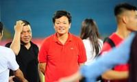 Bầu Hoàn chê chất lượng sân Mỹ Đình xấu nên muốn đưa các trận đấu của đội tuyển Việt Nam về Lạch Tray để phục vụ nhân dân.