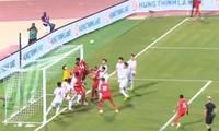 """Oman gây khó chịu với chiến thuật đá phạt góc """"lạ"""" trong trận đấu với Việt Nam."""
