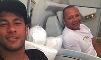 Bố Neymar đứng sau dàn xếp mọi vụ chuyển nhượng của con trai.