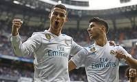 Ronaldo khoe bộ sưu tập Quả Bóng Vàng trên sân Bernabeue