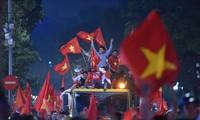 Hồ Gươm rợp bóng cờ trong đêm huyền diệu của bóng đá Việt