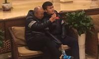 Thầy Park bá vai Quang Hải, xem Công Phượng khoe chân