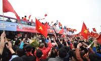 Mục kích xe mui trần chở U23 Việt Nam diễu hành trong biển người