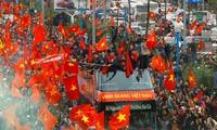 Hành trình 5 giờ giữa biển người hâm mộ của U23 Việt Nam