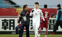 Hình ảnh Duy Mạnh lĩnh trọn quả tạt bóng rất căng của cầu thủ U23 Qatar và bị chảy máu ở vùng mặt nhưng anh vẫn tiếp tục thi đấu đầy quả cảm khiến nhiều người không cầm nổi nước mắt.