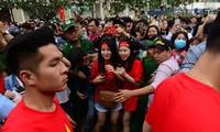 CĐV hò reo, gọi tên các tuyển thủ U23 Việt Nam trên phố đi bộ