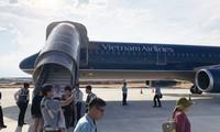Hành khách trên chuyến bay sau khi xuống mặt đất. Ảnh: Đỗ Hoa.