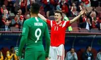 Chỉ Saudi Arabia (áo xanh) còn có thể biến nụ cười của Golovin thành cái mếu và cái dang tay chiến thắng của anh thành giơ tay đầu hàng.
