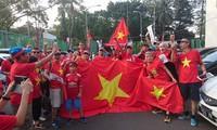 CĐV Việt Nam tới sân Patriot, hứng khởi tiếp lửa Olympic Việt Nam