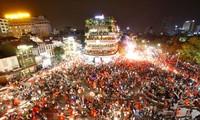 CĐV xuống đường ăn mừng chiến tích của Olympic Việt Nam