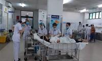 Các bác sĩ bệnh viện Đa khoa Đà Nẵng cấp cứu cho nạn nhân vụ tai nạn giao thông ở đèo Hải Vân.