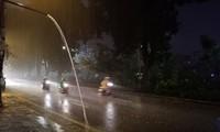 Mưa như trút nước vào cuối giờ chiều 30 Tết