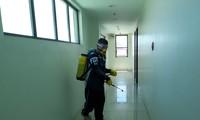 Nhân viên vệ sinh phun thuốc diệt khuẩn tại ký túc xá một trường Anh ngữ tại Cebu