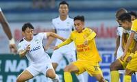 Nam Định (áo vàng) giành chiến thắng 2-0 trước HAGL. Ảnh: Như Ý
