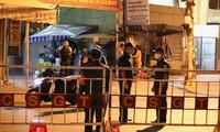 Lực lượng chức năng dựng rào chắn khu vực đường Hải Phòng, đường Quang Trung (cổng chính và cổng sau bệnh viện Đà Nẵng và bệnh viện C Đà Nẵng) vào đêm 27/7.