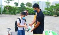 Học sinh tiểu học ở quận Hà Đông, Hà Nội xin mẹ đưa đến cổng trường cho đỡ nhớ. Ảnh: Quỳnh Anh