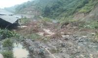 Nhiều m3 đất đá sạt lở tràn xuống quốc lộ 15C gây tê liệt giao thông. Ảnh: Lam Sơn.