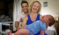 """Em bé """"khổng lồ"""" được mẹ sinh ngay trước cửa nhà."""
