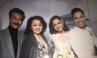 Vợ chồng ca sĩ Hương Lan mừng đám cưới của vợ chồng Đình Bảo. Ảnh: Facebook
