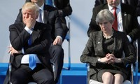 Tổng thống Mỹ Donald Trump và Thủ tướng Anh Theresa May trong một buổi lễ tại trụ sở mới của NATO trước hội nghị thượng đỉnh. Ảnh: Reuters