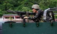 Một binh sĩ Philippines trên xe chiến đấu bọc thép ở thành phố Marawi ngày 28/5. Ảnh: Reuters