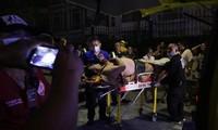 Một nạn nhân bị thương được đưa ra xe cấp cứu trong vụ xả súng ở khu nghỉ dưỡng Resorts World Manila. Ảnh: Reuters