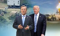 Tổng thống Hàn Quốc Moon Jae-in (trái) và người đồng cấp Mỹ Donald Trump. Ảnh: Yonhap
