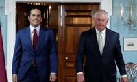 Ngoại trưởng Qatar Sheikh Mohammed bin Abdulrahman al-Thani (trái) và người đồng cấp Rex Tillerson của Mỹ tại Washington ngày 27/6. Ảnh: Reuters