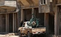 2 tay súng của Quân đội Syria Tự do nghỉ ngơi bên khẩu súng máy chống máy bay ở Quneitra, Syria. Ảnh: Reuters