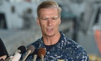 Phó Đô đốc Joseph Aucoin, Tư lệnh Hạm đội 7 Hải quân Mỹ, đóng quân tại Yokosuka, Nhật Bản.