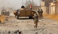 Quân đội và Lực lượng Động viên rộng rãi Iraq (PMF) tấn công IS ở ngoại ô Tal Afar. Ảnh: Reuters
