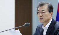 Tổng thống Hàn Quốc Moon Jae-in trong cuộc họp khẩn cấp của Hội đồng An ninh Quốc gia tại Nhà Xanh vào sáng 15/9. Ảnh: Reuters