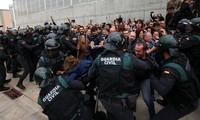 Cảnh tượng đụng độ giữa cảnh sát Tây Ban Nha và người Catalan trong cuộc trưng cầu dân ý hôm 1/10. Ảnh: Reuters