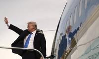 Tổng thống Mỹ Donald Trump lên máy bay về nước sau chuyến công du châu Á lịch sử. Ảnh: AP