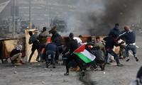 Những người Palestine tham gia biểu tình bạo lực phản đối quyết định của Tổng thống Donald Trump. Ảnh: Sputnik