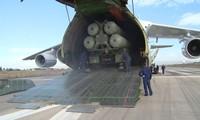 """Máy bay Nga đưa """"rồng lửa"""" S-400 đến Căn cứ Không quân Khmeimim ở Syria. Ảnh cắt từ video"""